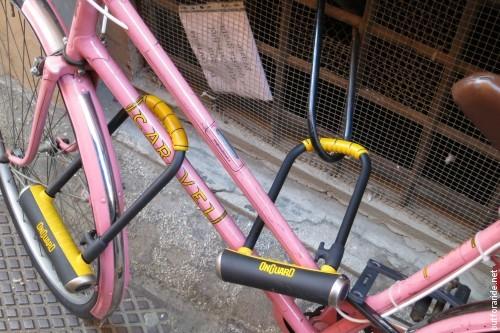 """""""Per cortesia non attaccare bici a questa grata grazie"""""""